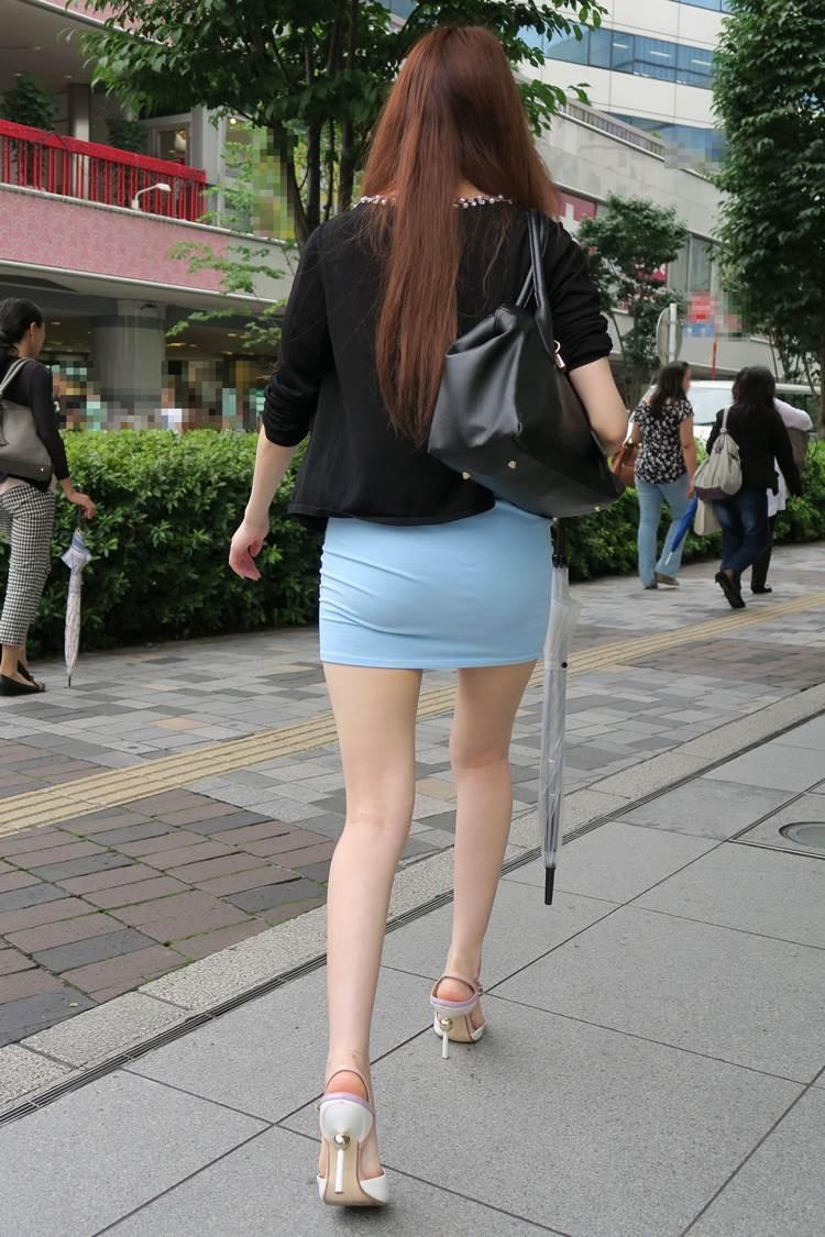デカ尻に細くて美脚のタイトスカート女性を街撮り