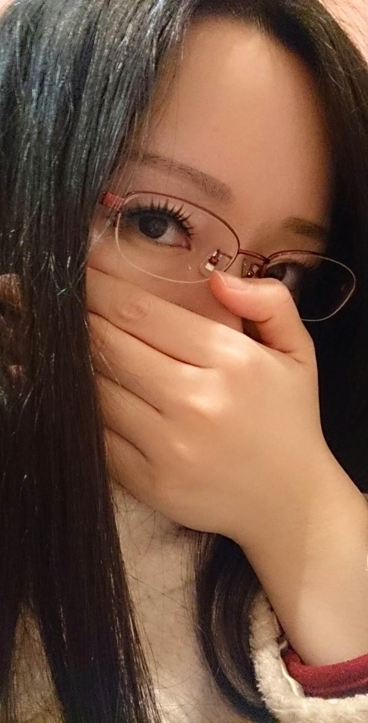 口元は綺麗な手で隠すが美形な女性の自撮り写真