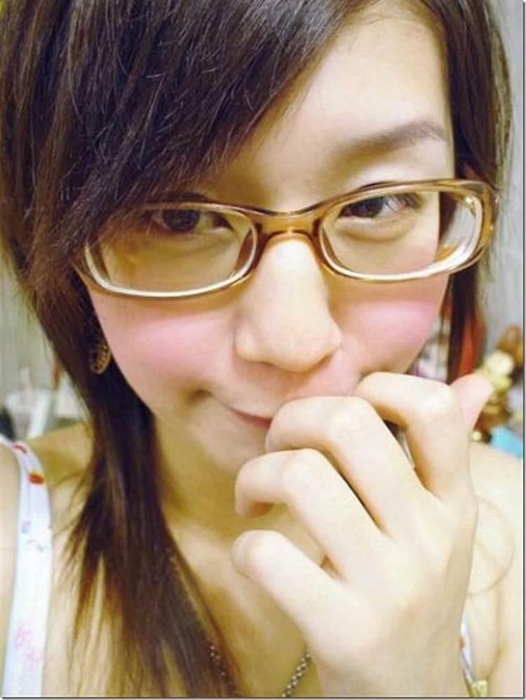 えくぼが可愛いメガネ女子のブラ紐チラリな自撮り