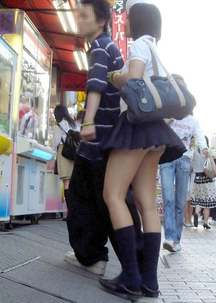 彼女(JK)のパンチラを盗撮されていることに気付かない彼氏ごと盗撮