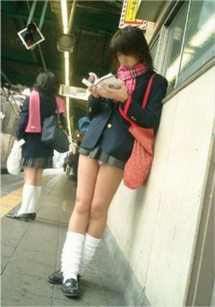 漫画を読みながら電車を待つ完全にパンツがスカートから出てるJK