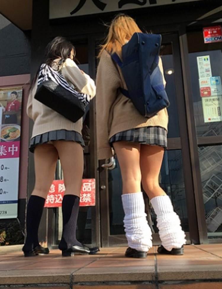 学校帰りにラーメン屋に立ち寄るJKのパンチラを盗撮
