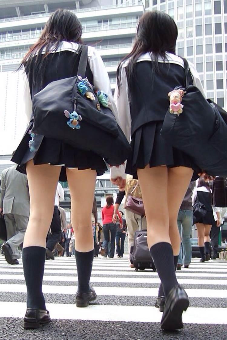 歩道を歩くだけで白パンツが丸見えになる女子校生を街撮り