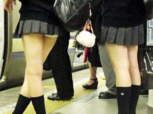 【JKパンチラ盗撮エロ画像】制服スカートがミニ過ぎて自然とパンティが見えてる女子校生たちを街撮りww