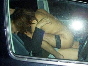 【カーセックスエロ画像】車を道路に停めて避妊もせずにチンポを挿入する老若男女のカップルを車外から盗撮ww