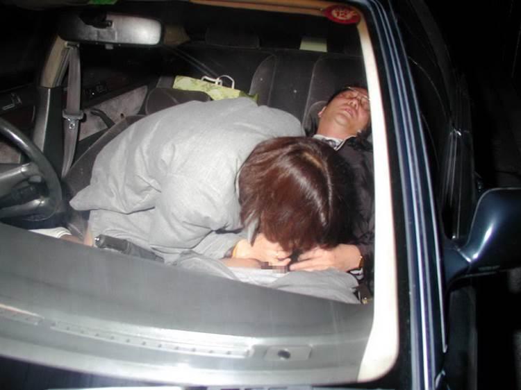 明らかに不倫!?中年男性に車内でフェラ奉仕する女性