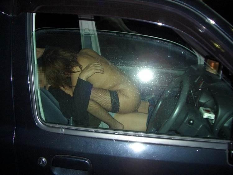 助手席で密着するように騎乗位でカーセックスをするギャル