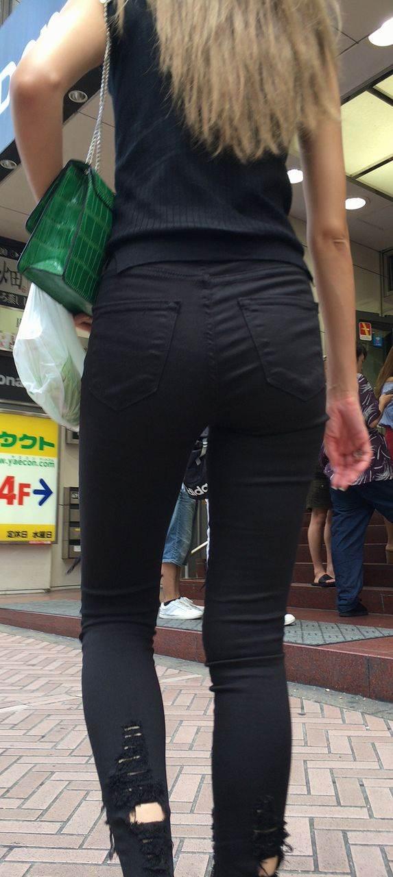 ダメージ黒ジーンズを履いた細い足の素人ギャルを街撮り盗撮
