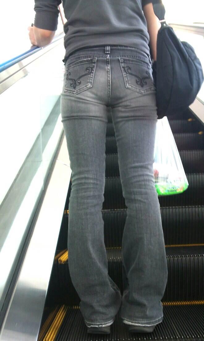 エスカレーターに乗るスキニージーンズ女子の下半身を盗撮