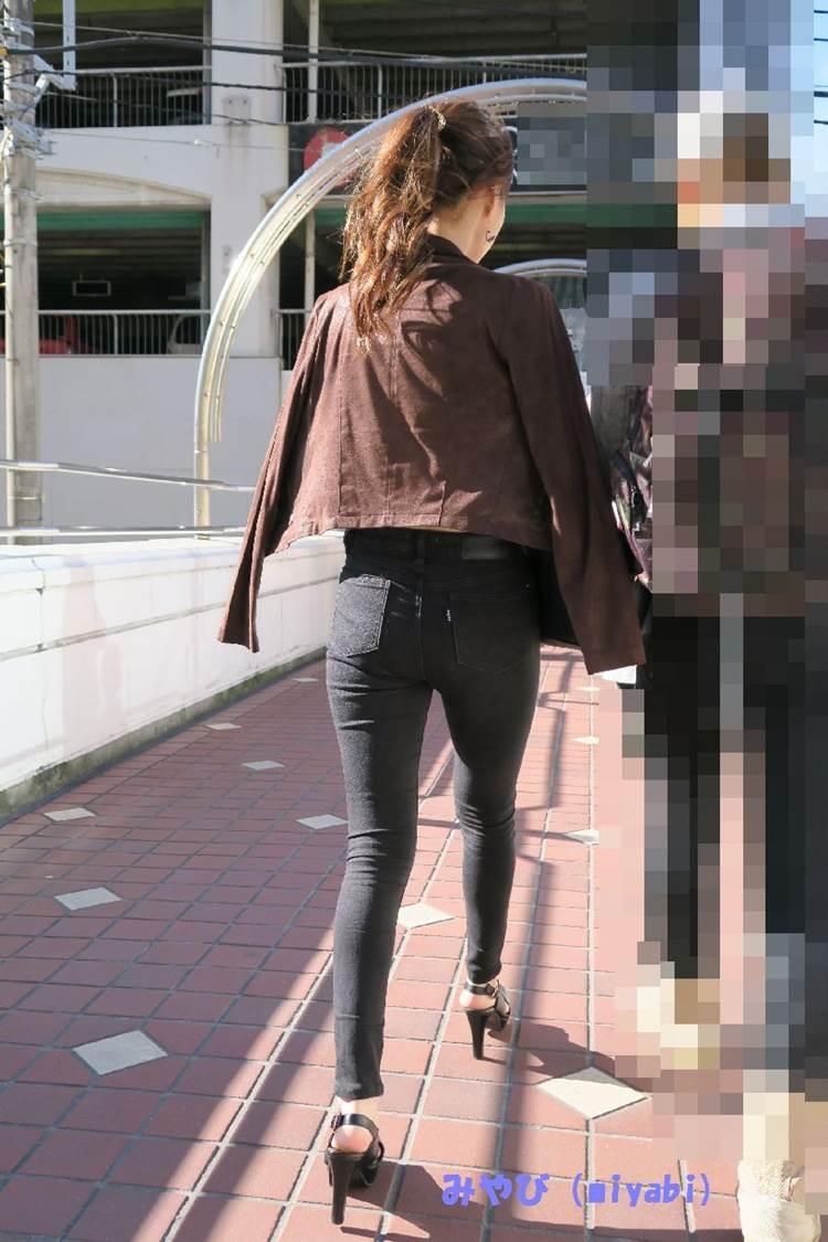 スキニージーンズに似合うハイヒールを履いた細い美脚女性