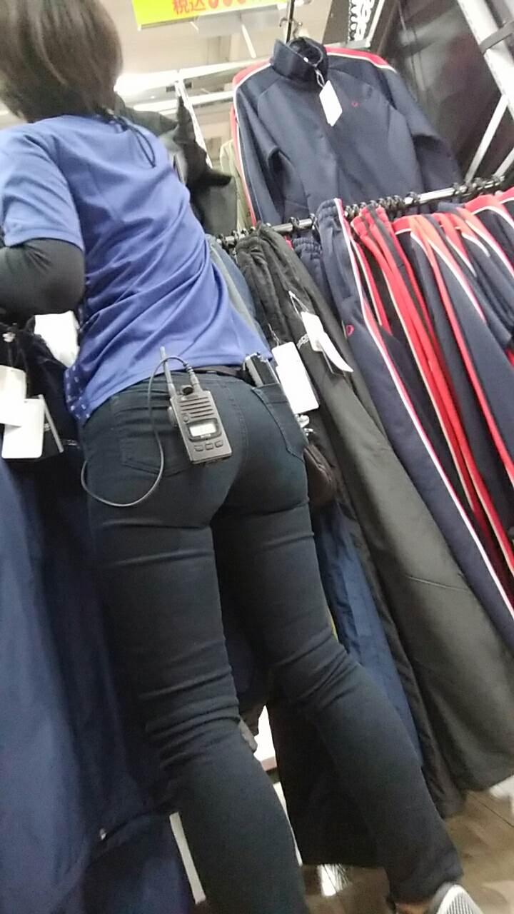 尻を触って逃げられそうなピチピチスキニーを履いた店員を盗撮