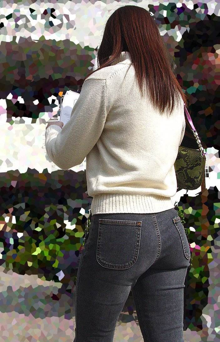 大きなお尻を締め付ける黒デニム履いたぽっちゃり女性を街撮り