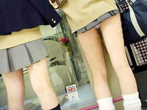 【JKパンチラエロ画像】制服のスカート丈が短すぎて現役女子校生のパンティーが丸見えな街撮り画像ww