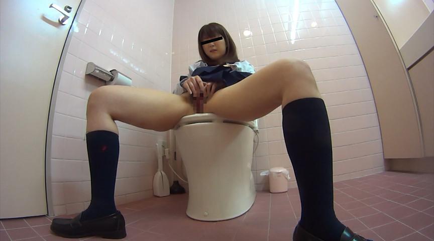 洋式トイレの蓋を閉じて完全にオナニー目的で入ったJK