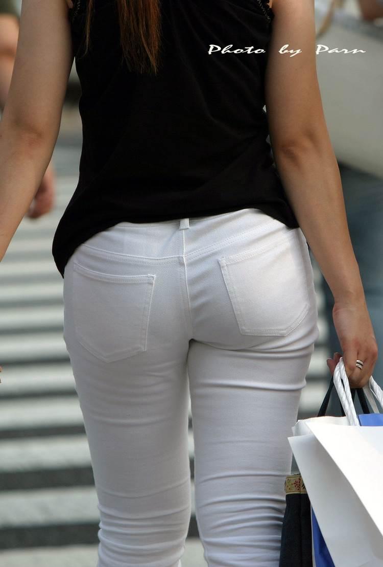 引き締まったお尻にムチムチ太ももの白パンツ女子を街撮り