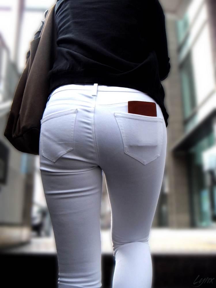 白パンツでパンティラインがうっすら出た素人を街撮り