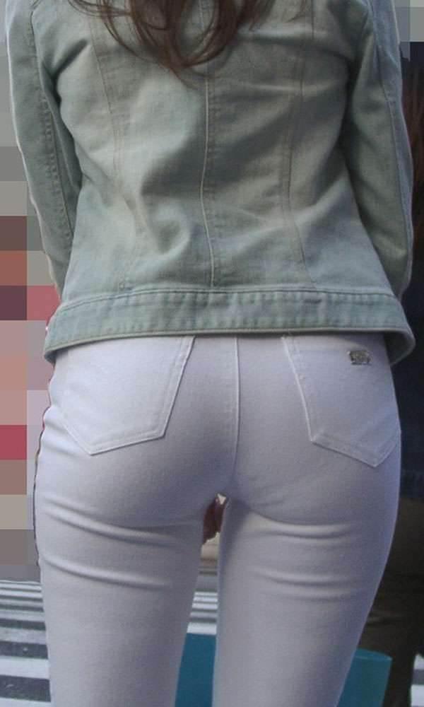 ムチムチな太ももとパンティラインを出した白パンツ女子を盗撮