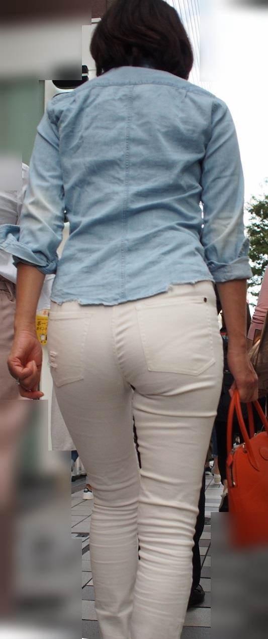 フルバックのパンティラインを出した白パンツ女子を街撮り