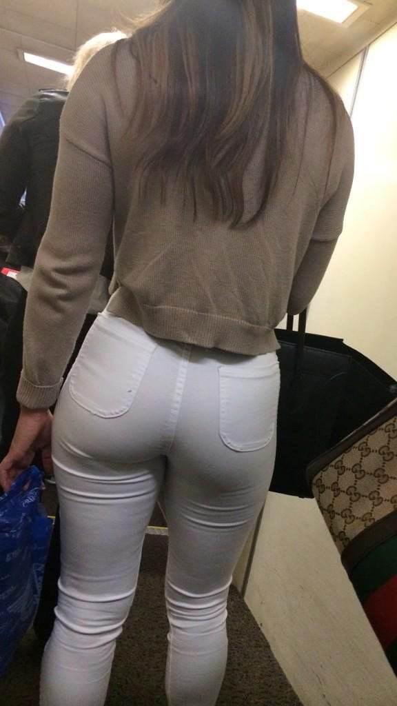 細い体に大きなお尻を強調した素人ギャルの白パンツ姿を隠し撮り