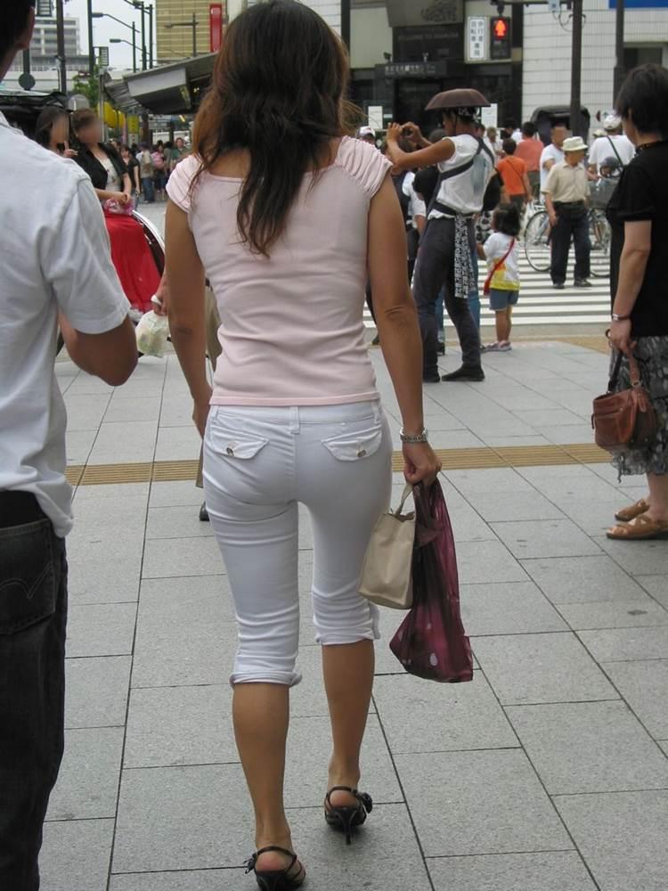 7分丈の白パンツを履いたスタイル良い素人を街撮り盗撮