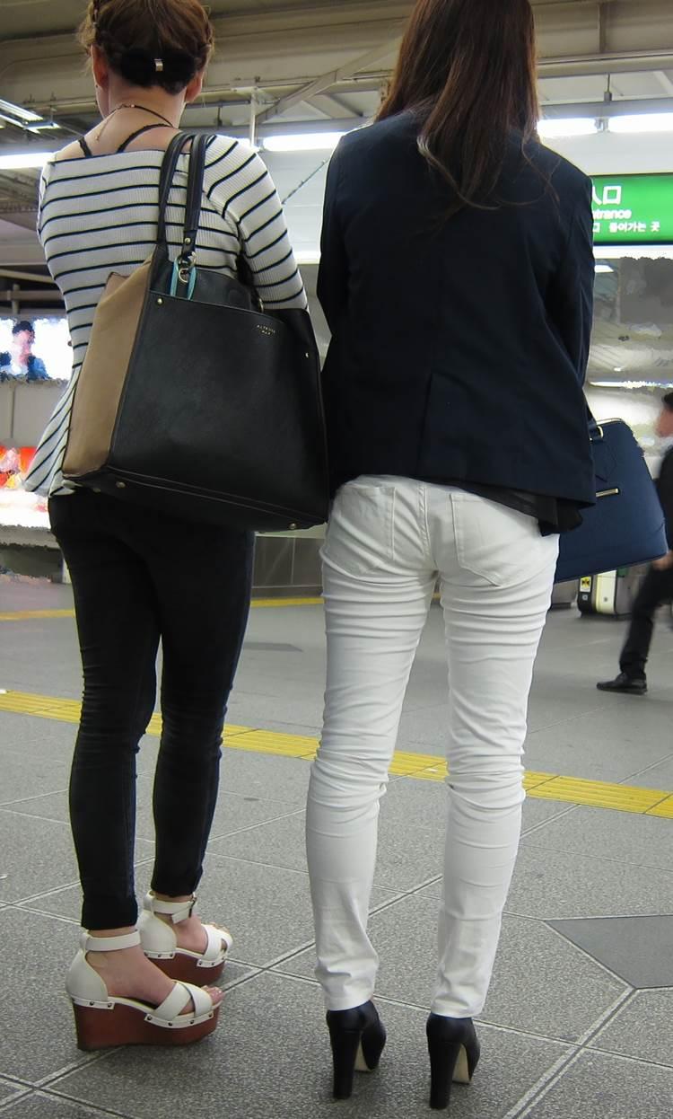 足の細さに相当自信のあるスキニーパンツ履いた素人女性