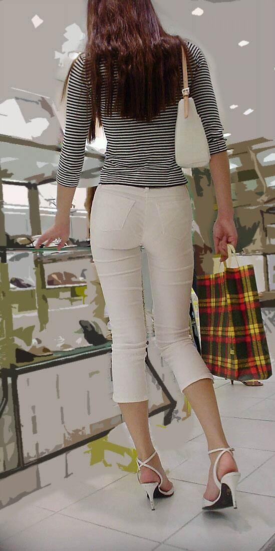 7分丈の白スキニーパンツを履いたスタイル良い女性を背後撮り