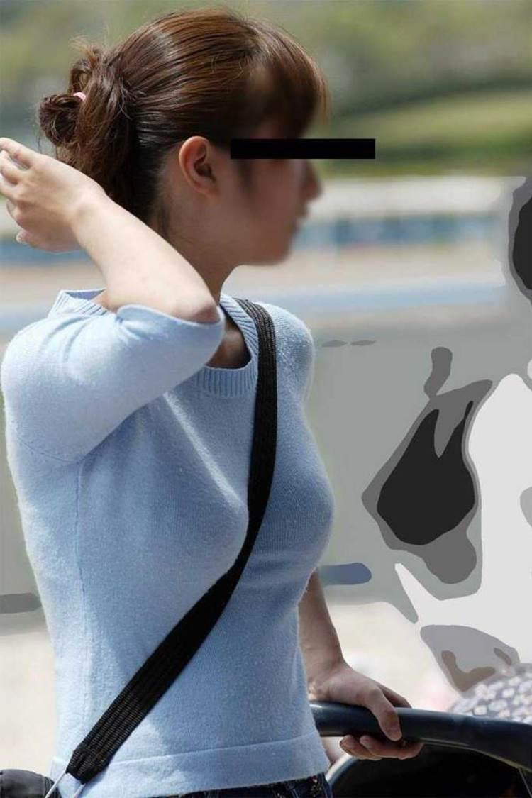 ベビーカーを押す着衣巨乳ママのパイスラを街撮り盗撮