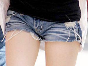 【ホットパンツエロ画像】穴開きダメージショートパンツを履いた太もも丸出しの素人ギャルたちを街撮りww