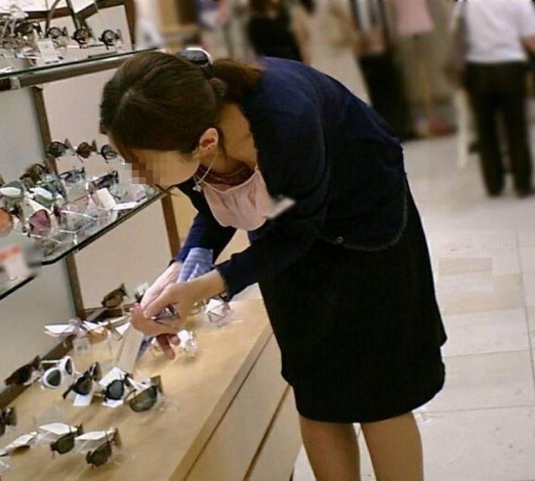 店員_胸チラ_谷間_盗撮_エロ画像11