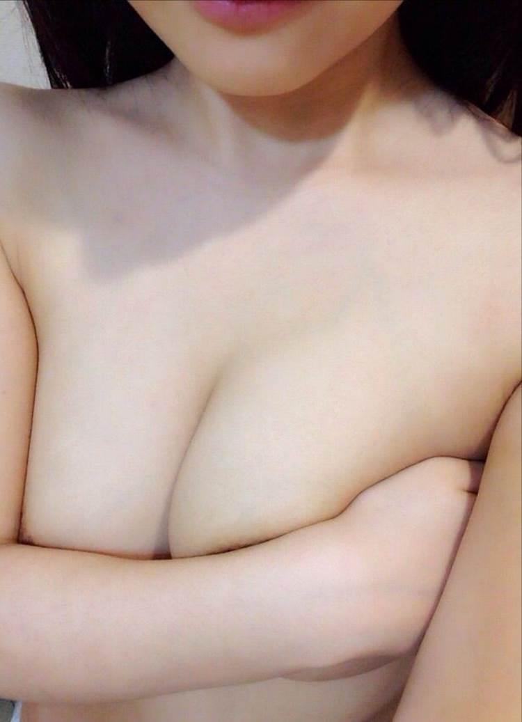 素人_巨乳_手ブラ_自撮り_エロ画像06