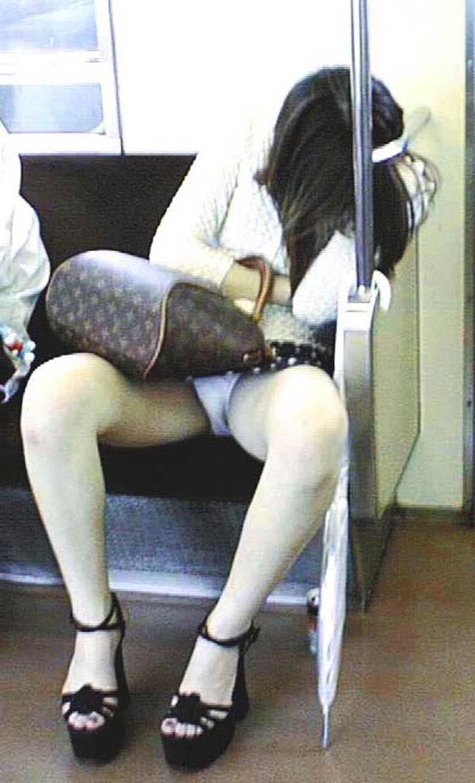 素人_爆睡_電車_パンチラ盗撮_エロ画像16