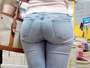【Gパン街撮り盗撮エロ画像】デカ尻とムチムチ太ももを強調したスキニージーンズを履いた素人女性の下半身ww