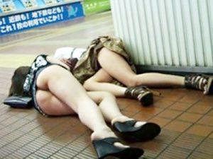 【泥酔素人エロ画像】街中で痴態…無茶な飲み方をして完全に酔い潰れた素人ギャルの恥ずかしすぎる姿ww
