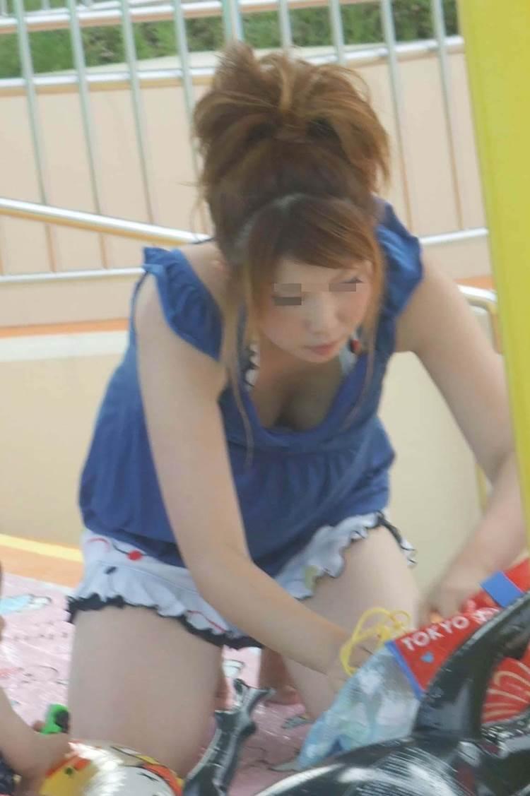 子連れの巨乳ママ_胸チラ_盗撮_エロ画像03