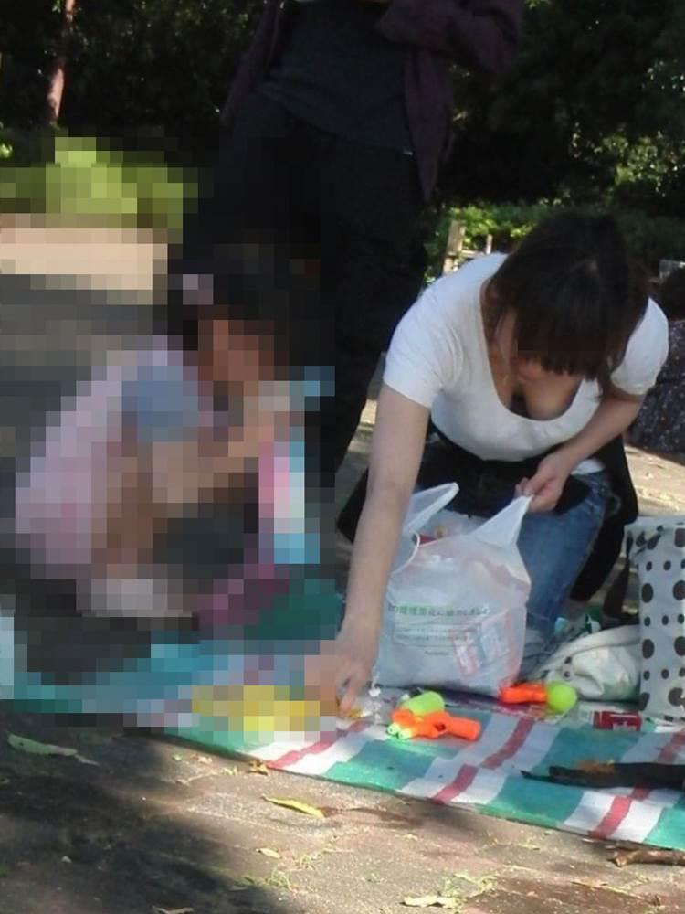 子連れの巨乳ママ_胸チラ_盗撮_エロ画像04