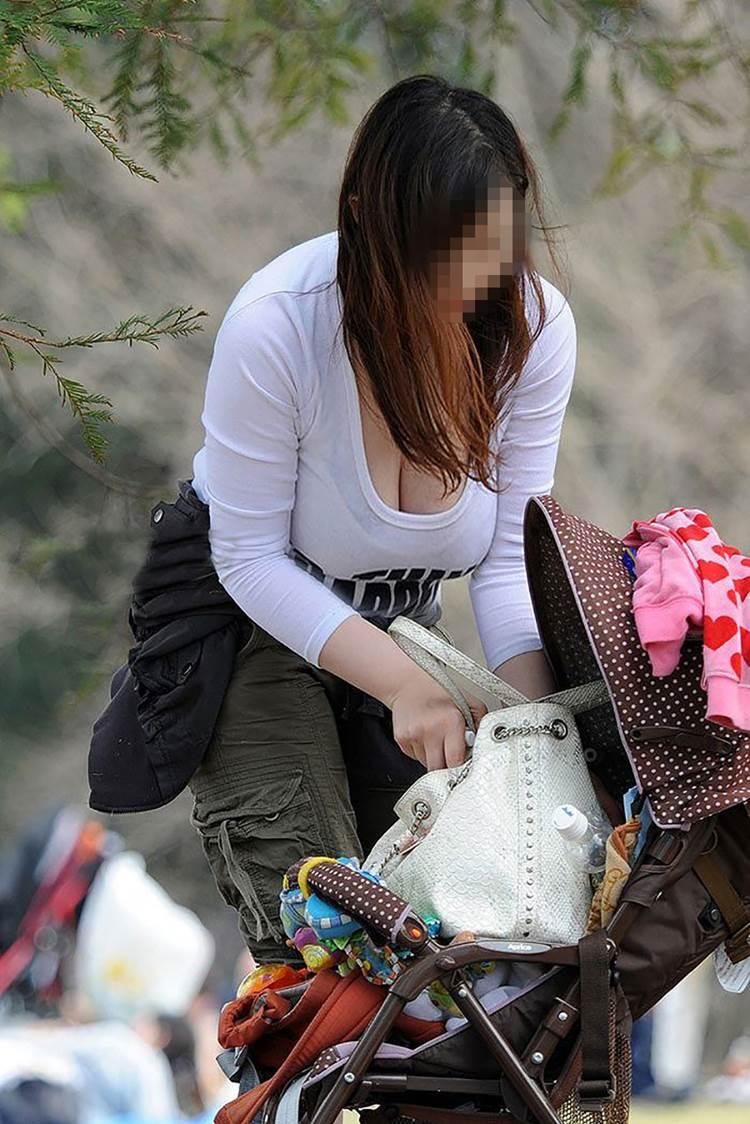 子連れの巨乳ママ_胸チラ_盗撮_エロ画像05