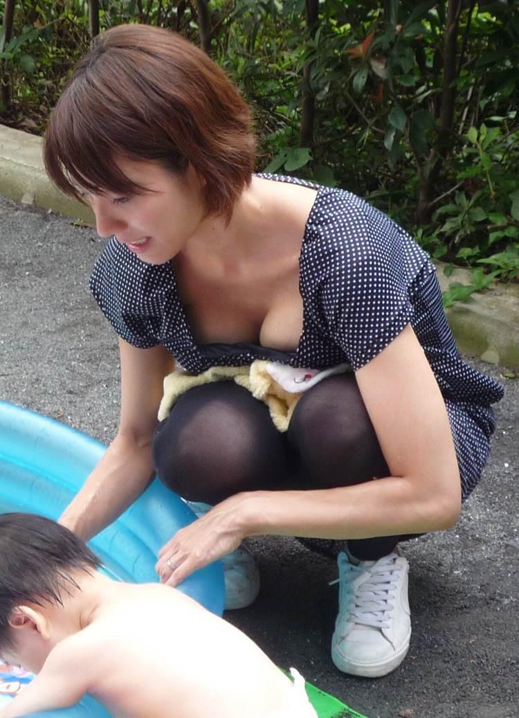 子連れの巨乳ママ_胸チラ_盗撮_エロ画像06