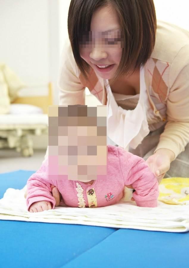 子連れの巨乳ママ_胸チラ_盗撮_エロ画像08