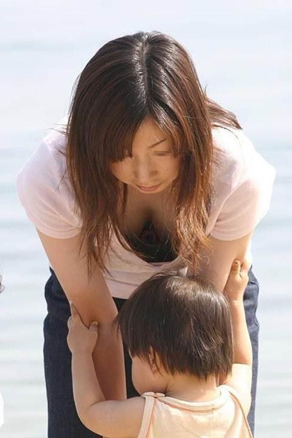 子連れの巨乳ママ_胸チラ_盗撮_エロ画像15