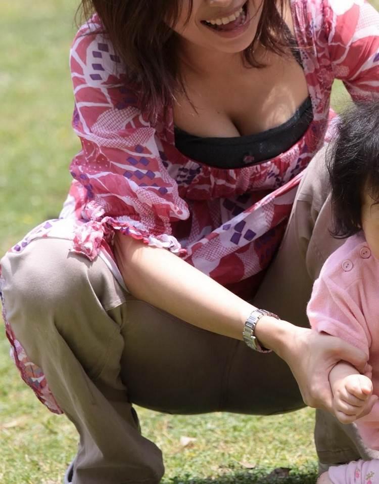 子連れの巨乳ママ_胸チラ_盗撮_エロ画像17