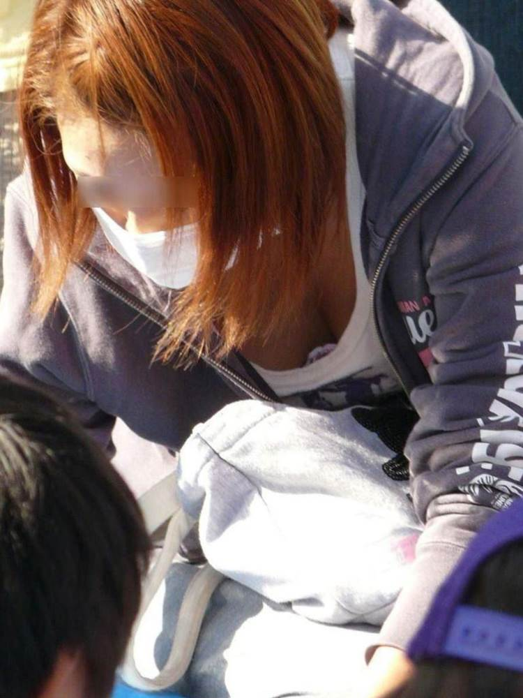 子連れの巨乳ママ_胸チラ_盗撮_エロ画像19