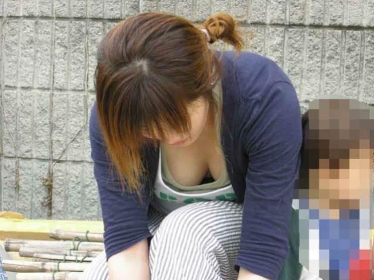 子連れの巨乳ママ_胸チラ_盗撮_エロ画像20