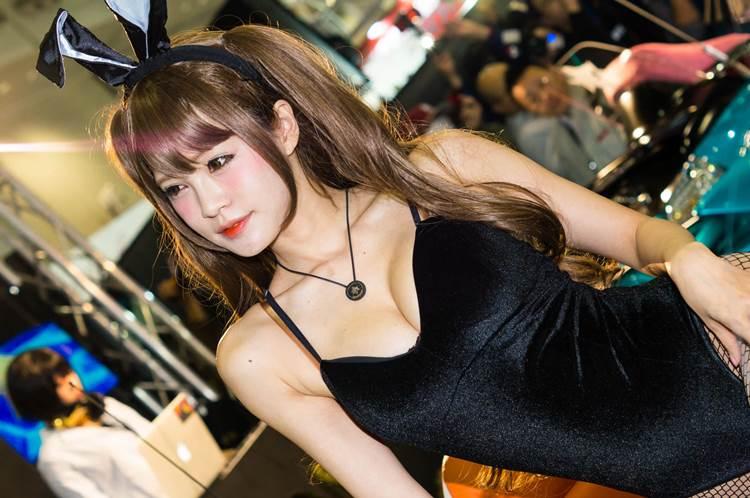 東京オートサロン2018_コンパニオン_胸の谷間_エロ画像02