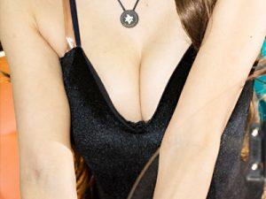 【東京オートサロン2018エロ画像】胸元を露出して谷間を見せつける巨乳コンパニオンたちの高画質画像ww