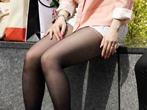 【黒パンスト街撮り盗撮エロ画像】薄い素材の20デニールストッキングを履いた美脚素人たちを隠し撮りww