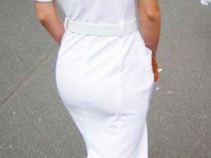 【ナース街撮り盗撮エロ画像】白衣姿で街中を歩く看護婦を背後から隠し撮り…パンティラインがうっすら浮かぶww