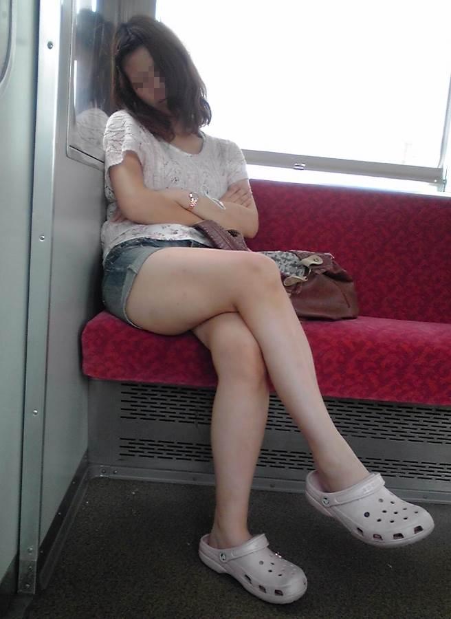 電車_足組み_生足_素人_盗撮_エロ画像10