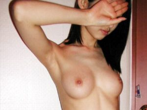 【素人エロ画像】片手や両手で顔を隠して裸体をデジカメ撮影された彼女…まるで風俗嬢のパネル状態ww