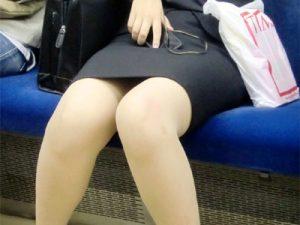 【電車盗撮エロ画像】リクルートスーツを着て就活頑張る女子大生…疲れ切って無防備な股からパンチラ連発ww