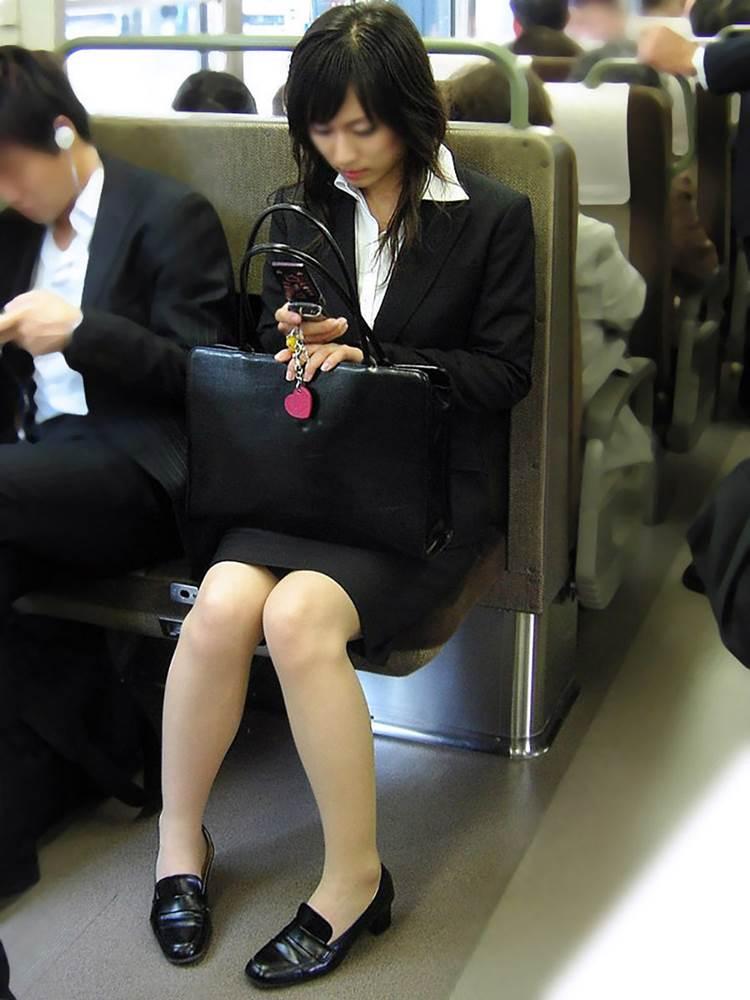 リクルートスーツ_電車_盗撮_エロ画像02